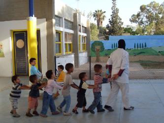enfants orphelins qui jouent