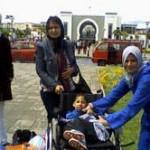 Ayoub et sa maman (en bleu)